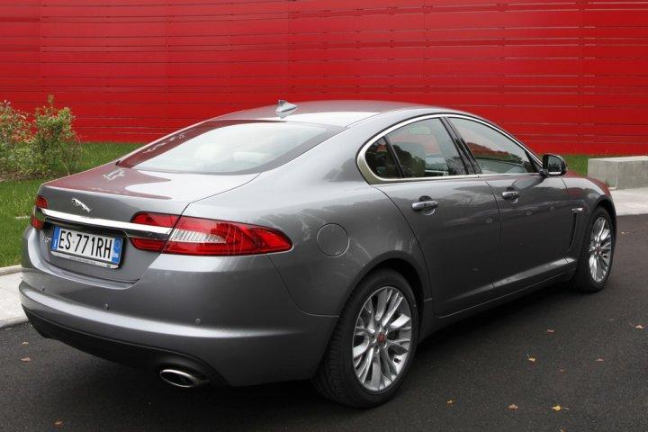 jaguar-xf-my2014-tre-quarti-posteriore