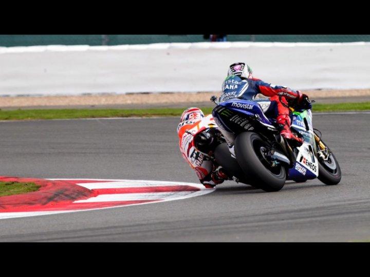 MotoGP-2014-Silverstone-Sorpasso-Marc-Marquez-su-Jorge-Lorenzo