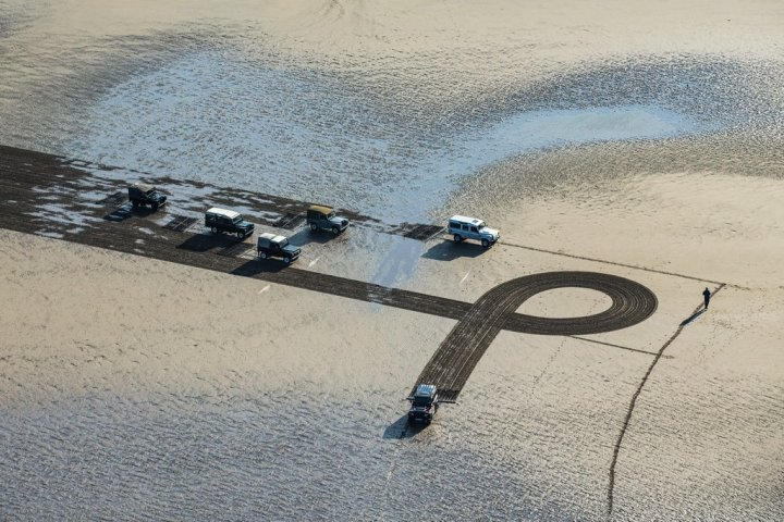 Land-Rover-1km-Defender-Sand-Drawing-10