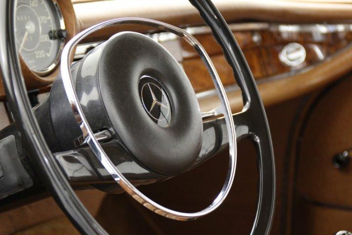 Mercedes-Benz-280-SE-15