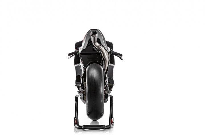 Ducati-MotGP-Team-2015-Dovizioso-3