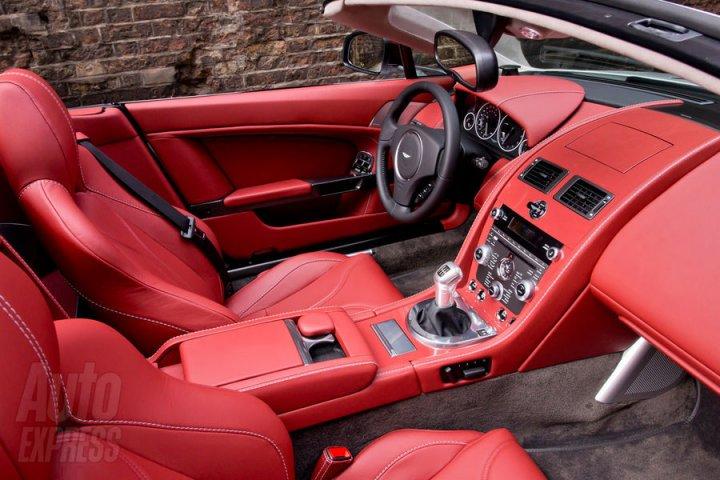 aston-martin-vantage-roadster-v12-interni