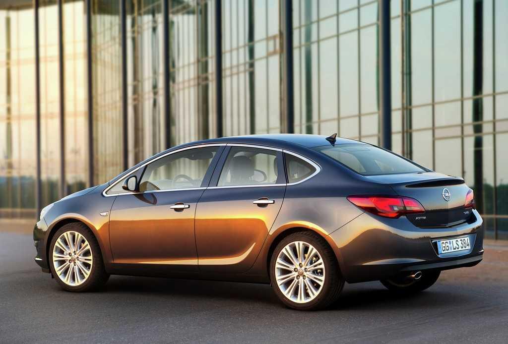 Opel arricchisce la famiglia Astra con la 4 porte