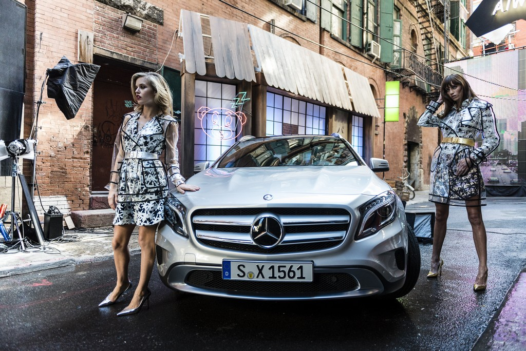 Georgia May Jagger insieme a Mercedes GLA
