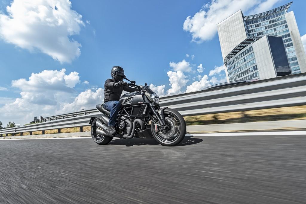 Ducati Diavel Carbon Lato Strada