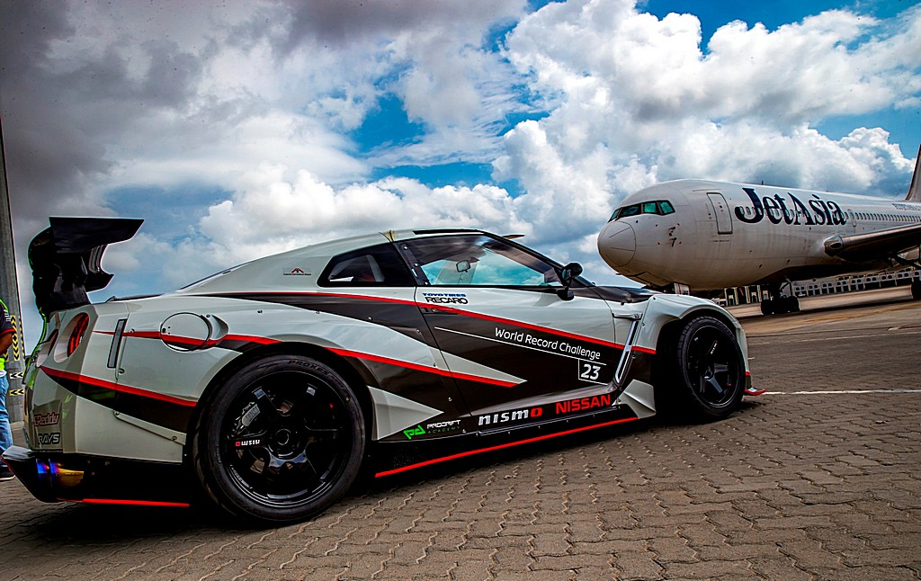 Nissan GT-R Nismo MY16 Guinness World Record Tre Quarti Posteriore