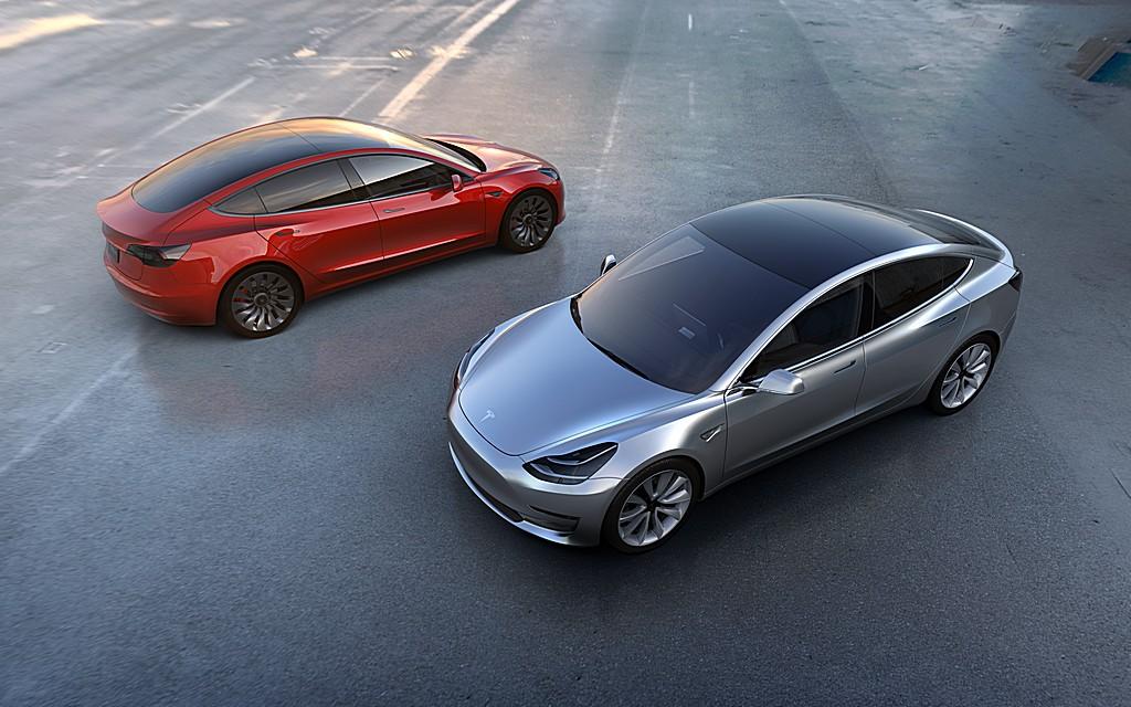 Tesla Model 3 Alto Grigia e Rossa