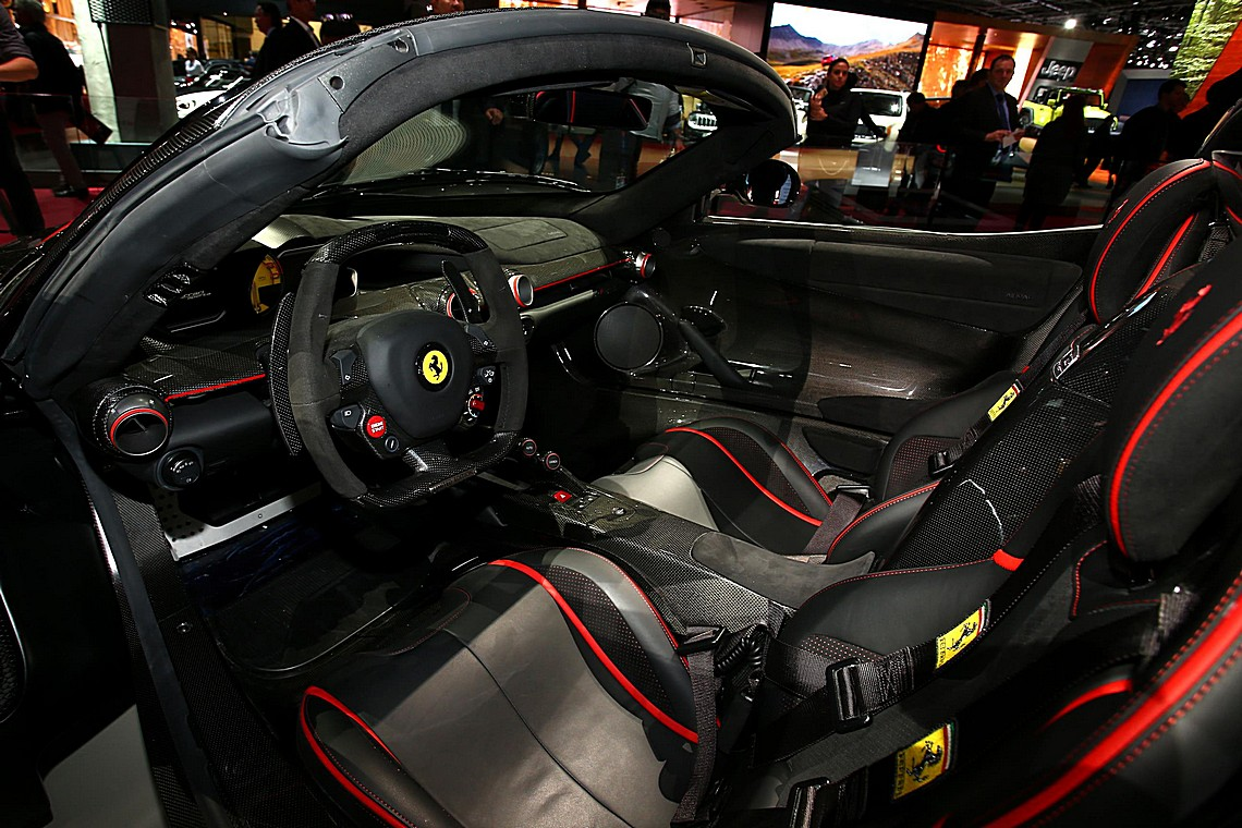 ferrari laferrari aperti si scopre al salone di parigi cavalli vapore. Black Bedroom Furniture Sets. Home Design Ideas