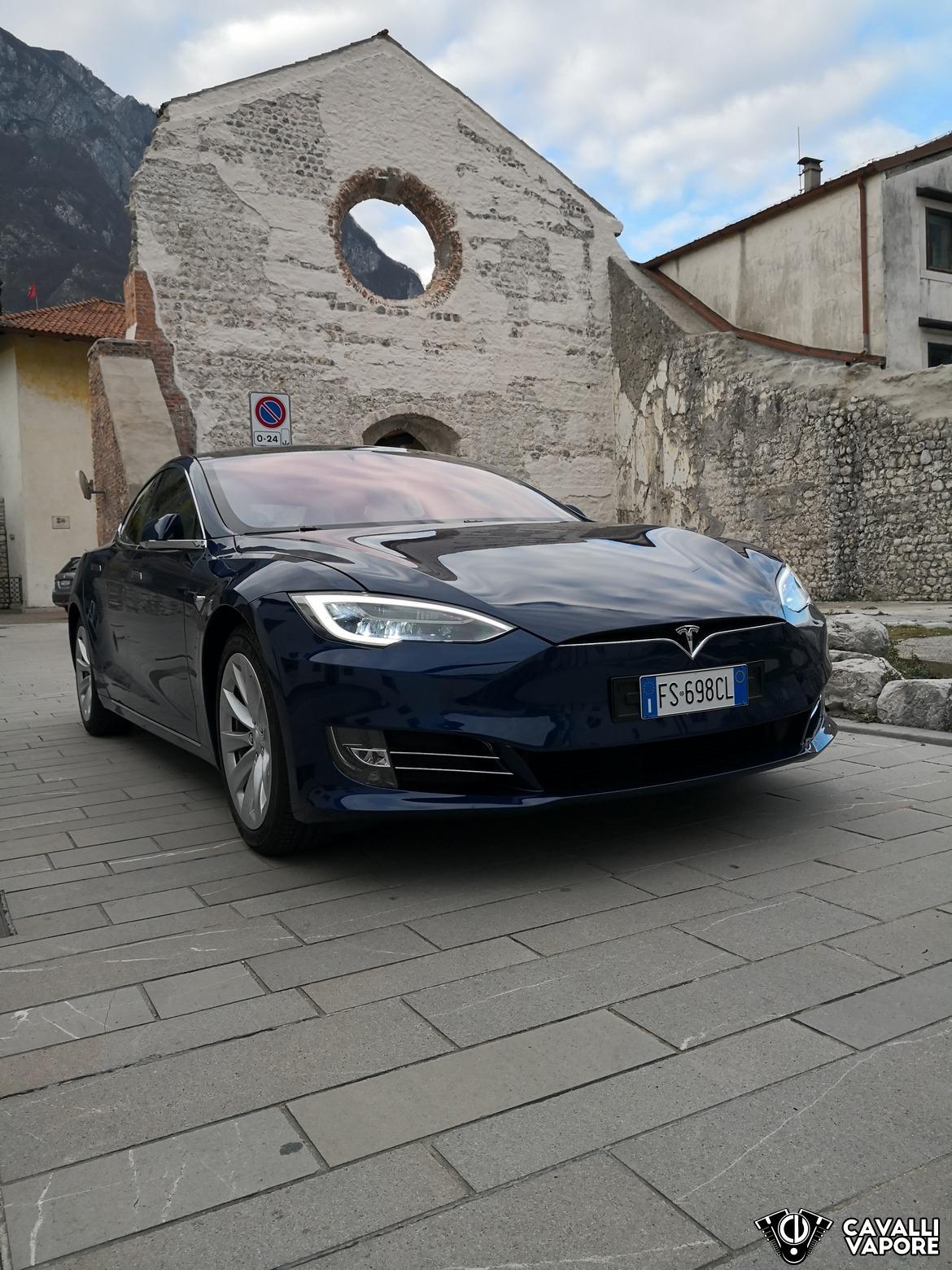 Tesla Model S 100D Davanti a Venzone