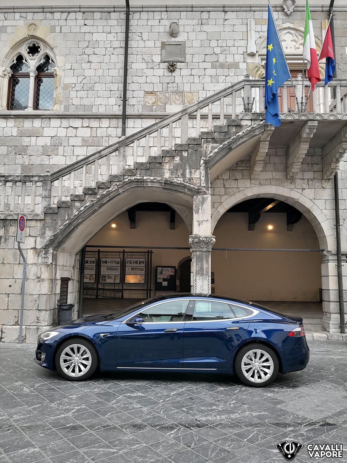 Tesla Model S 100D Lato Sinistro a Venzone